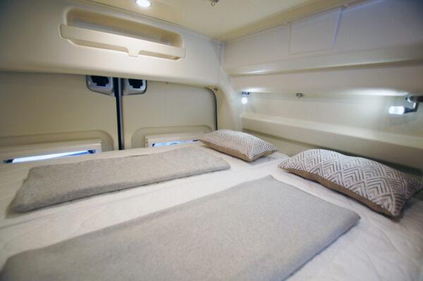 Ahorn Van 2019 karavan interier ložnice